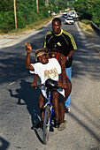 Radfahrer bei Port Antonio, Portland Jamaika, Karibik