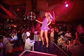 Vortaenzerin in der In-Disco Pacha, Ibiza-Stadt, Ibiza Balearen, Spanien