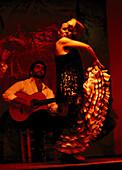 Eine Frau tanzt Flamenco, Los Gallos, Barrio Santa Cruz, Sevilla, Andalusien, Spanien, Europa