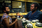 Boxer Lizard mit Herausforderer im Pub, Fred Brophys Boxing Troupe, Boulia, Queensland, Australien