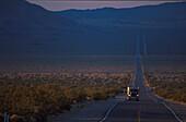 Truck auf HWY 127, Death Valley, Kalifornien USA