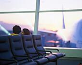 Paar im Wartebereich, JFK Int. Airport, New York City, USA