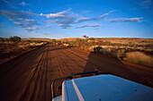 Jeep auf Piste, noerdlich Tom Price, Pilbara, Western Australia Australien