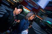 Junge Frauen beim Shopping, Kaufhaeuser nahe der Shibuya Station Shibuya, Tokyo, Japan
