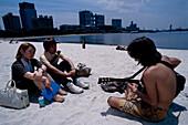 Junge Leute, Kuenstlicher Strand, Fuji TV Building, Odaiba Marine Park Odaiba, Tokyo Bay, Tokyo, Japan