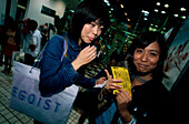 Junge Frauen, Shopping, In-Viertel, Shibuya Tokyo, Japan