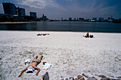 Kuenstlicher Strand, baden verboten, Fuji, TV-Building, Odaiba Marine Park Odaiba, Tokyo Bay, Tokyo, Japan