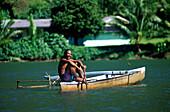 Fischer in Pirogge, Auslegerkanu, Baie Faaroa, Raiatea Franzoesisch-Polynesien