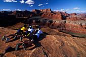 Mountainbiker am Goose Neck Overlook, Colorado River, White Rim Trail Canyonlands NP, Utah, USA