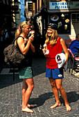 Junge Frauen beim Eisessen, Italien