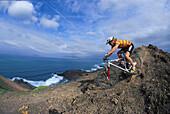 Mann fährt mit dem Mountainbike, MTB Tour, Fuerteventura, Kanarische Inseln, Spanien