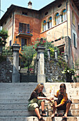 Teenager bei Rast, Italien