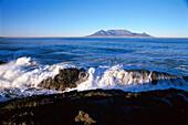 Küstenlandschaft bei Bloubergstrand, Tafelberg im Hintergrund, Kapstadt, Südafrika