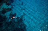 Mann schwimmt ins Meer, Mediterran, Mallorca, Balearen, Spanien