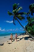 Junge Frauen beim Spaziergang am Strand, One Foot Insel Aituaki Lagune, Cook-Inseln