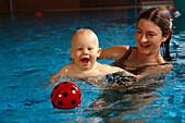 Baby Schwimmen, Kleinkinder Familie