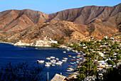 Boote in einer Bucht und Küstenlandschaft mit Bergen, Taganga, Santa Marta, Kolumbien, Südamerika