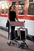 Frau am Bahnhof, Business