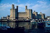 Boats in front of Caernarfon Castle at the coast, Gwynedd, Wales, Great Britain, Europe