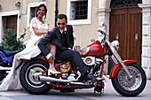 Brautpaar auf Motorrad, Lazise, Gardasee, Trentino Italien