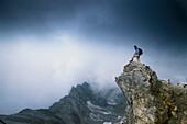 Wanderer am Gipfel des Valluga, bei St. Anton, Tirol, Österreich
