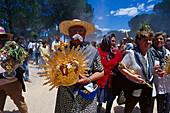 Pilger tragen liturgische Gegenstände auf ihrer Reise, Andalusien, Spanien
