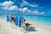 Liegestuehle am 7 Mile Beach, Grand Cayman, Cayman Islands Karibik