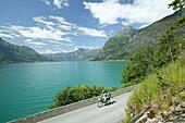 Frau und Kind beim Fahrradfahren, Srynsee, Sogn og Fjordane, Norwegen
