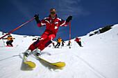 Eine Gruppe Skifahrer bei der Abfahrt, Sulden, Italien