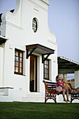 Children in front of summer cottage, Western Cape, South Afrika