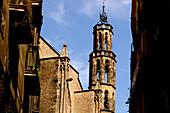 Häuser und Kirchturm an der Placa Santa Maria del Mar, Barcelona, Spanien, Europa