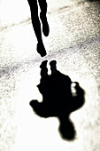 Running, Laefer, Herbst, Voralpenland 2004 Schatten auf nasser Strasse