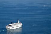 Ein Kreuzfahrtschiff fährt aufs Meer, Port de Barcelona, Barcelona, Spanien, Europa
