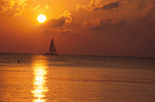 Sonnenuntergang am 7 Mile Beach, Grand Cayman, Cayman Islands Karibik