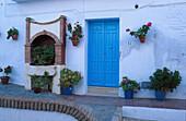 Haustuer, Topfpflanzen, Frigiliana, Weisses Dorf, Provinz Málaga Andalusien, Spanien