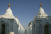 Kuthodaw Pagoda, world's largest book, Kuthaw Daw Pagode, Groesste Buch der Welt, 729 kleinen Pagoden mit Heilige Schriften, Each of the 729 shrines contain a marble slab inscribed in Pali script the sacred Theravada Buddhist scriptures, Mandalay