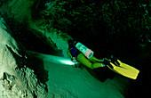 Hoehlentauchen, Taucher in Unterwasserhoehle, Cave d, Cave diving, Scuba diver in underwater cave