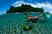 Schnorcheln vor tropischer Insel, Snorkeling, scin, scin diver, split image