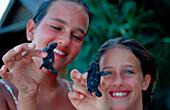 Maedchen haelt Baby Suppenschildkroete, Gruene Meeress, Gruene Meeresschildkroete, Child holds Baby Green sea turtle, green turtle, Chelonia mydas