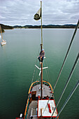 Hundertwasser, boat Regentag, Friedenreich Hundertwasser und sein Boot Regentag in Bay of Islands, Neuseeland North Island