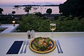 Food, Essen, seafood, sunset, Jakobsmuscheln, Teller, Wein, Aussicht, Scallops, salad on plate with view of sunset on the coast Paihia
