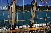 Sailing the Tucker Thompson, Day-trip sailing boat, tall ship, schooner, Bay Islands, bays and beaches, malerische Buchten zahlreiche Inseln