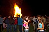 Young people at midsummernight fire, Upper Bavaria, Jugendliche bei Johannisfeuer, Oberbayern, Deutschland young people at midsummernight fire, Germany