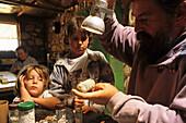 Al Ladd opal miner and his kids, Mintabie, Australien, South Australien, Al Ladd is an opal miner living in his self built house at Mintabie, an opal mining settlement on Aboriginal Land near Marla on the Stuart Highway Al Ladd von Minatbie Opalsiedlung 3