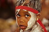 Junge mit rotem Stirnband, Gesichtsbemalung, Aborigine, Laura Dance Festival, Tanzfest der Aborigines, Kap York Halbinsel, Queensland, Australien