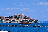 Jacht vor der Hafenstadt Portoferraio, Elba, Toskana, Italien, Europa