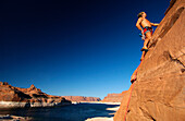 Mann beim klettern, Lake Powell, Arizona, USA