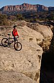 FRau beim Mountainbiken, Gooseberry Trail, Zion Nationalpark, Springdale, Utah, USA