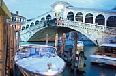 Rialto-Bruecke bei Nacht, Venedig, Venetien Italien