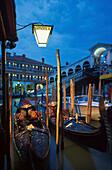 Abendstimmung Rialto-Bruecke, Gondeln, Venedig Venetien, Italien